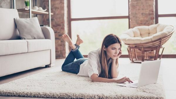 Frau sucht Immobilie