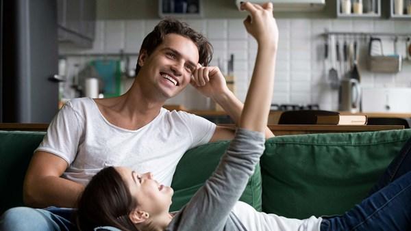 Junges Paar auf der Suche im Internet